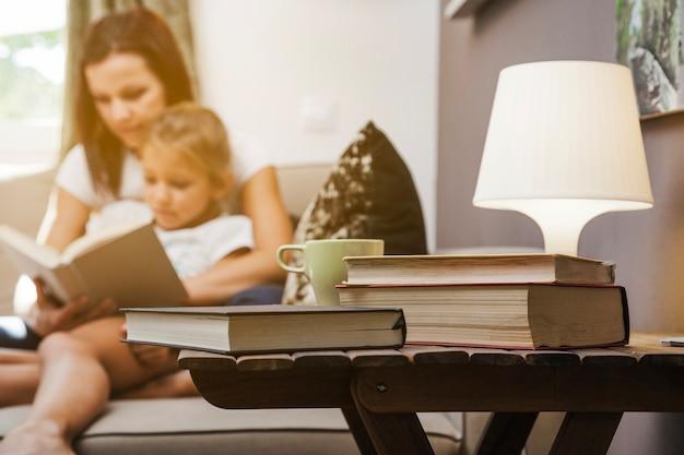 Bücher tasse lampe steht auf dem tisch