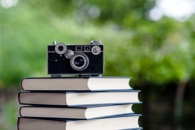 Bücher und kameras legen sie den boden auf. weißes leder buch und studie das konzept der empathie