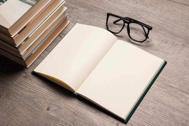 Bücher und lesebrille komposition
