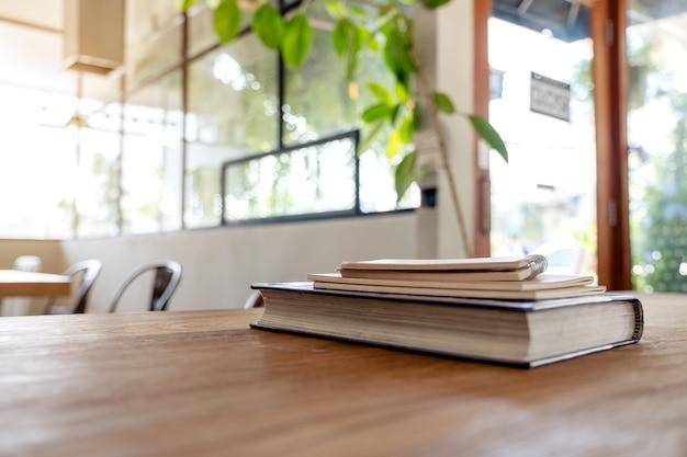 Bücher und notizbücher auf holztisch