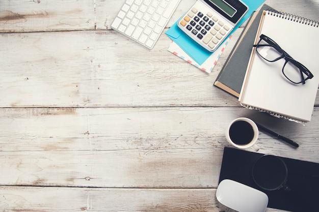 Bücher und tastatur mit taschenrechner auf arbeitstisch