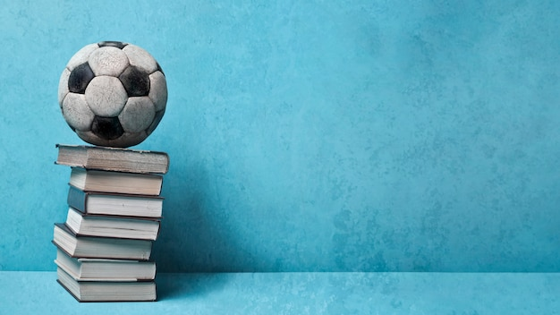 Bücher und vintage ball auf blau