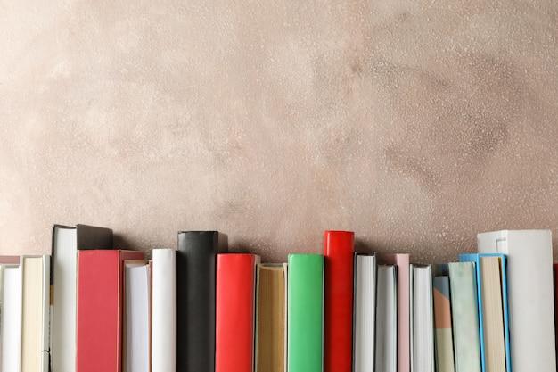 Bücher vor braunem hintergrund, platz für text