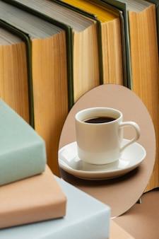 Bücherarrangement mit tasse kaffee