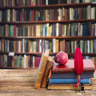 Bücherregal aus holz mit antiken büchern in der bibliothek
