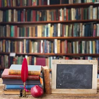 Bücherregal aus holz mit antiken büchern und tafel mit platz zum kopieren