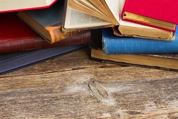 Bücherregal aus holz mit einem stapel antiker bücher aus der nähe