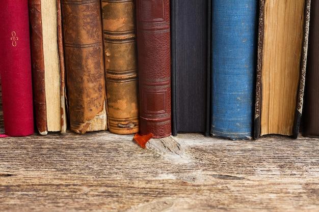 Bücherregal aus holz mit einer reihe antiker bücher in der nähe