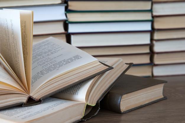 Bücherstapel auf holztisch