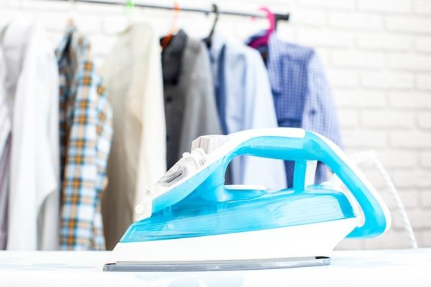 Bügeleisen und hemd, auf stoffhintergrund
