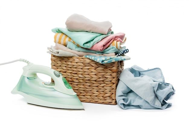 Bügeleisen und kleiderstapel.