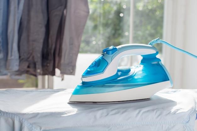 Bügeln hausarbeit gebügelt gefaltete hemden sauberes konzept stillleben