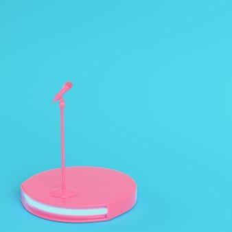 Bühne mit mikrofon auf hellblauem hintergrund in pastellfarben