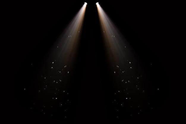 Bühnenlicht, scheinwerfer streichen durch die dunkelheit