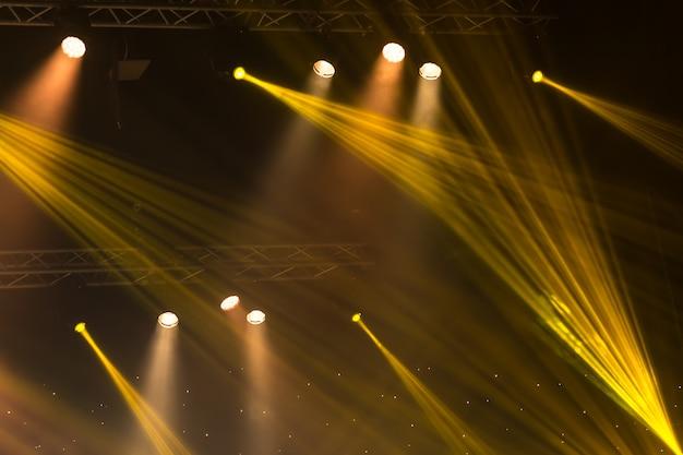 Bühnenscheinwerfer mit laserstrahlen. konzertbeleuchtung hintergrund