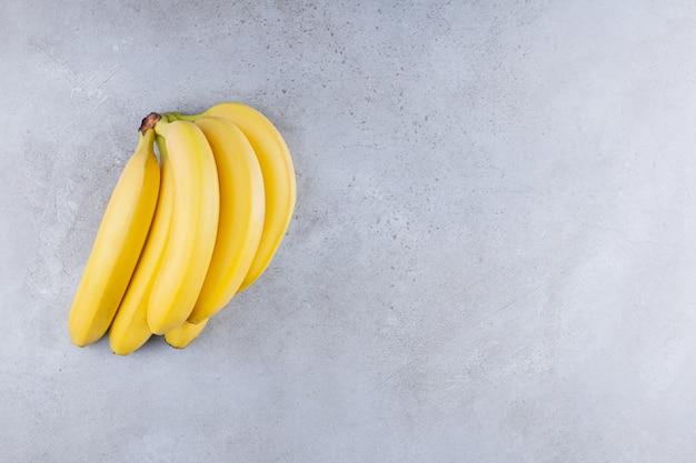 Bündel banane auf einen steintisch gelegt.