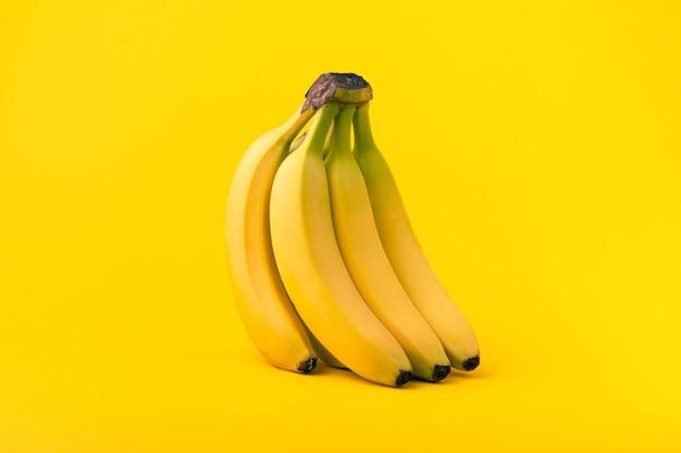Bündel bananen auf gelb