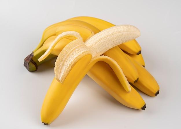 Bündel bananen, geschälte bananen