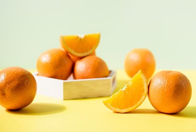 Bündel bio-orangen auf dem tisch