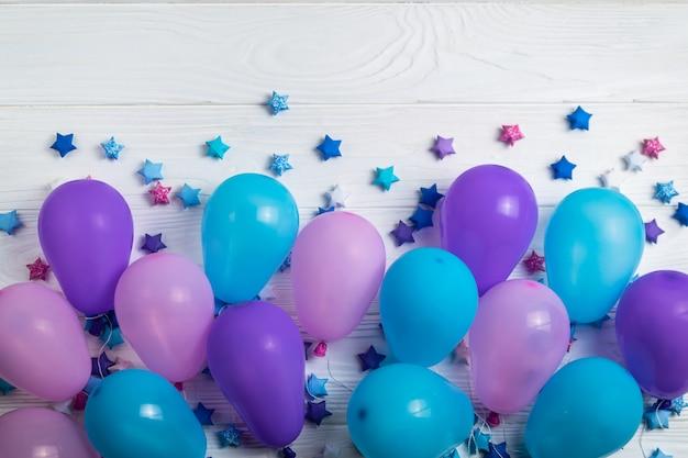 Bündel bunte partyballone mit papiersternen