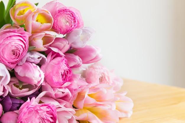 Bündel bunte tulpen und rosa ranunculus-butterblume-blumen