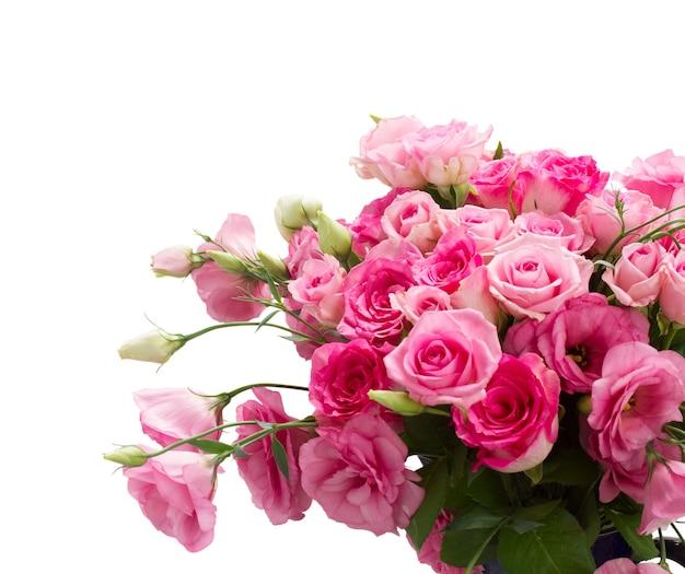 Bündel der frischen rosa rosen und der eustoma-blumen schließen isoliert
