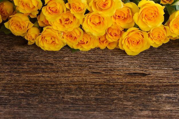 Bündel der gelben rosengrenze auf holz