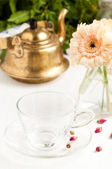 Bündel der gerberablume mit leerer glasschale