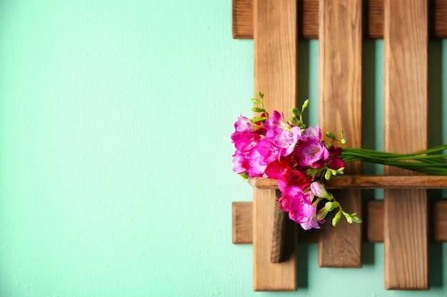 Bündel der schönen freesienblumen auf holzregal