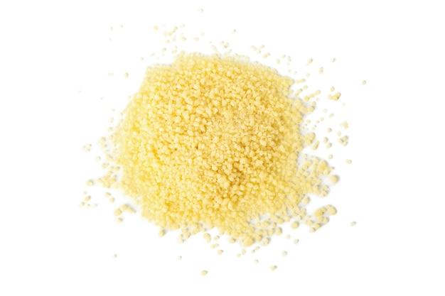 Bündel des rohen couscous lokalisiert auf weißem hintergrund