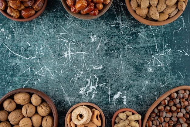 Bündel frische bio-nüsse auf marmortisch gelegt.