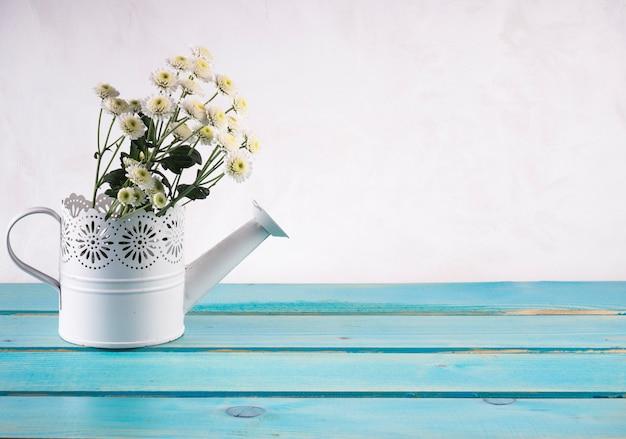 Bündel frische blumen in der dekorativen gießkanne