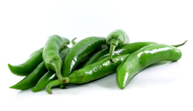 Bündel frische grüne chilischoten auf weißem hintergrund