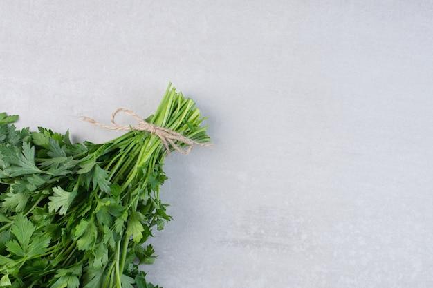 Bündel frische korianderblätter auf steinoberfläche. hochwertiges foto