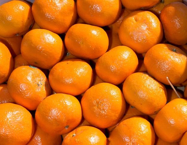 Bündel frische mandarinen auf dem markt