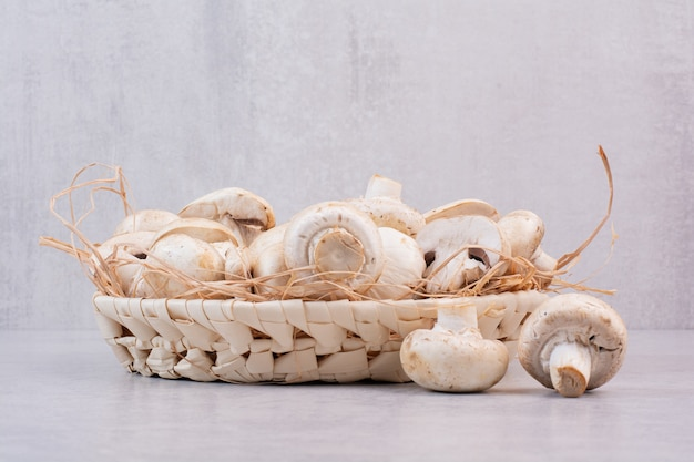 Bündel frische pilze im holzkorb