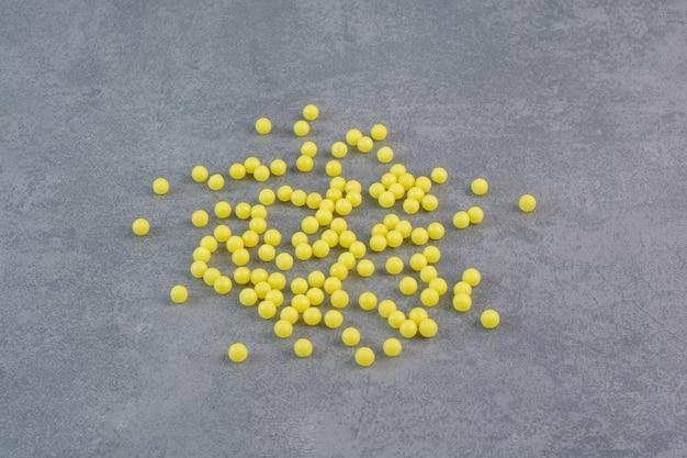 Bündel gelbe pillen auf marmortisch.
