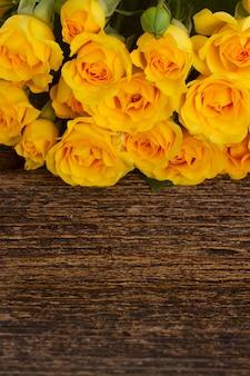 Bündel gelbe rosen grenzen an holz