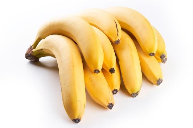 Bündel gelber bananen lokalisiert auf weiß mit kopienraum, beschneidungspfad