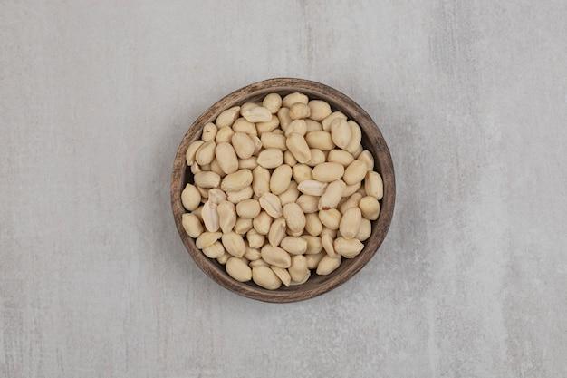 Bündel geschälte erdnüsse in holzschale.