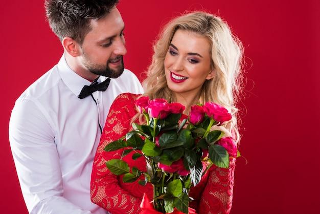 Bündel geschnittener rosen für geliebte person