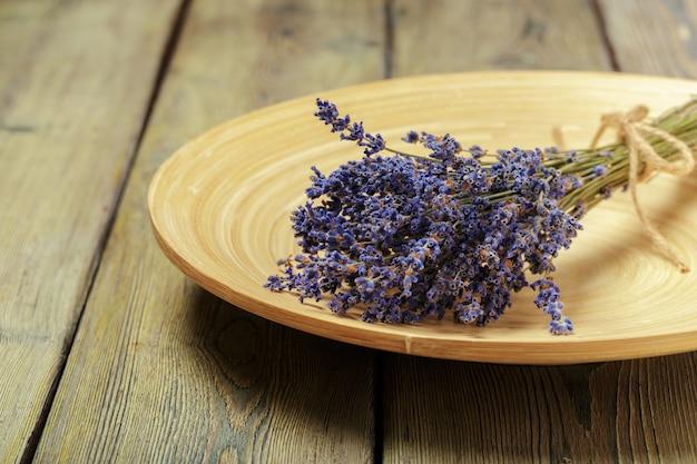Bündel getrockneter lavendel auf hölzernem