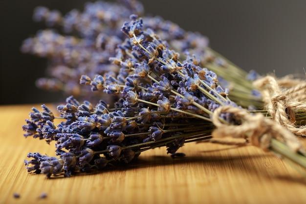 Bündel getrockneter lavendel auf holz