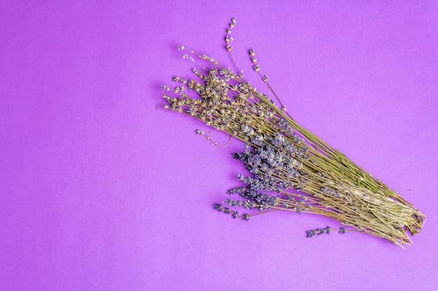 Bündel getrockneter lavendelblüten