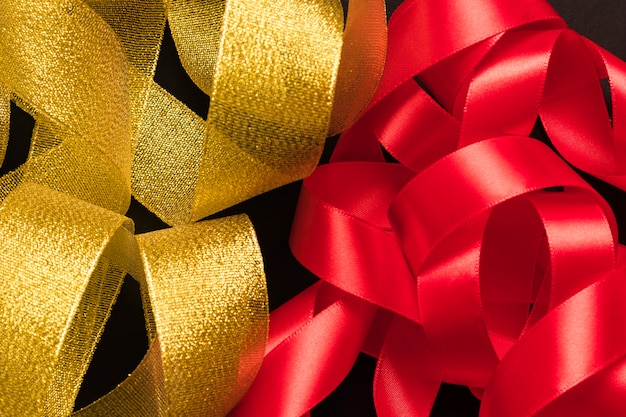 Bündel goldenes und rotes band