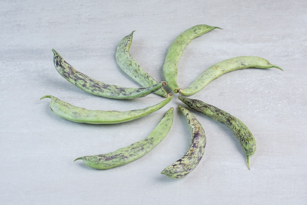 Bündel grüne bohnen auf graue oberfläche gelegt. hochwertiges foto