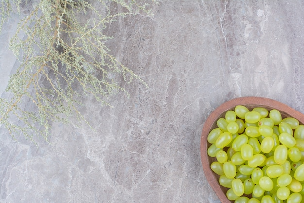 Bündel grüne trauben in der holzschale.