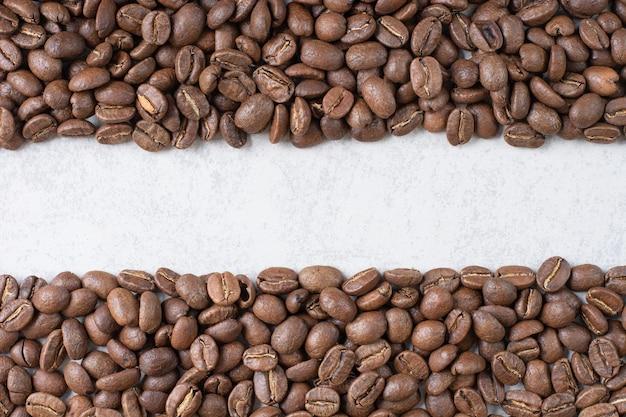 Bündel kaffeebohnen auf steinhintergrund. foto in hoher qualität