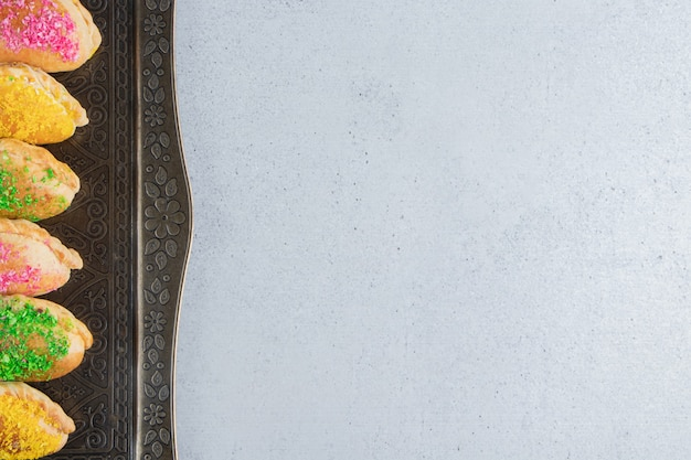 Bündel kleiner brötchen mit verschiedenen belägen auf einem verzierten tablett auf marmorhintergrund. Kostenlose Fotos