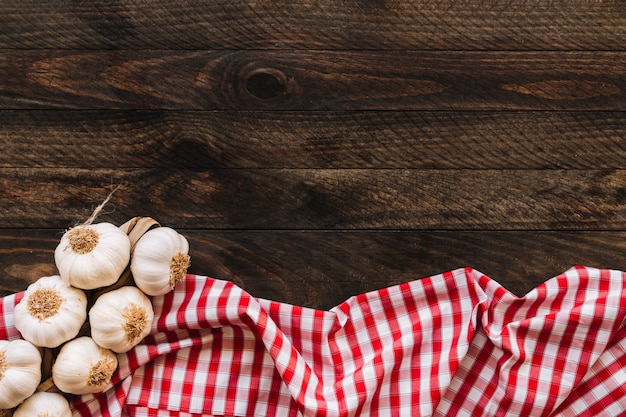 Bündel knoblauch auf serviette